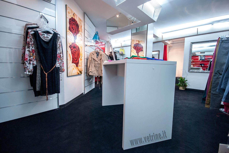 Arredo negozio abbigliamento black rose abbigliamento donna for Negozi mobili